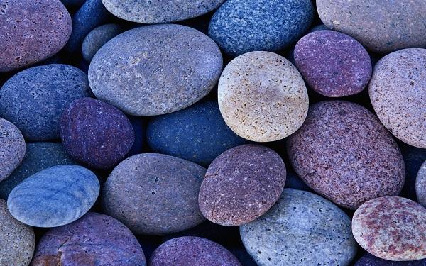 Круглые камешки на пляже