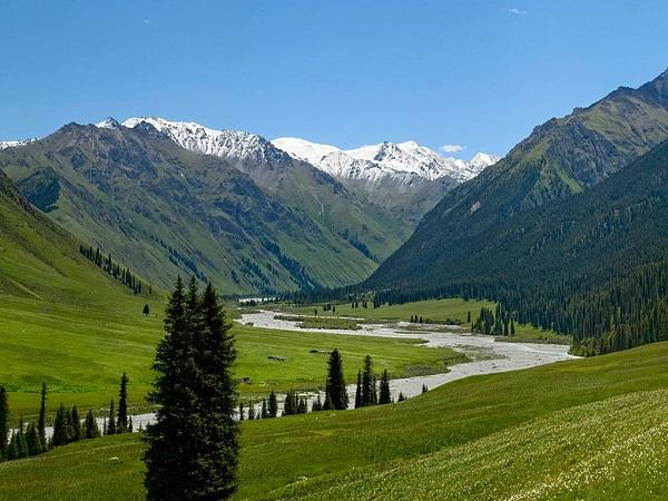 Территория вдоль реки или среди гор