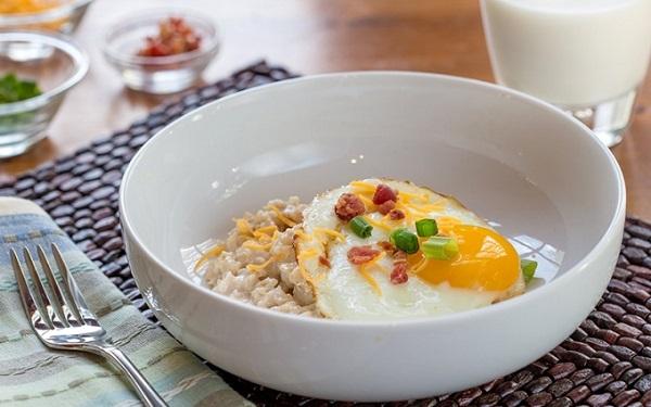 Яичница и овсянка на завтрак