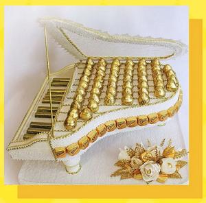 Рояль из конфет