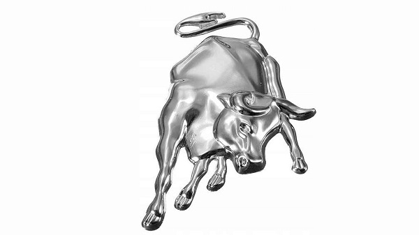 Белый металлический бык