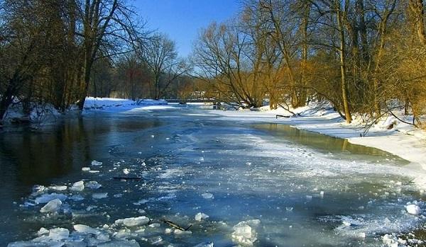 Лёд на реке посинел