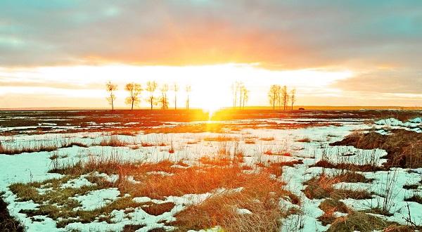 Тает на полях снег