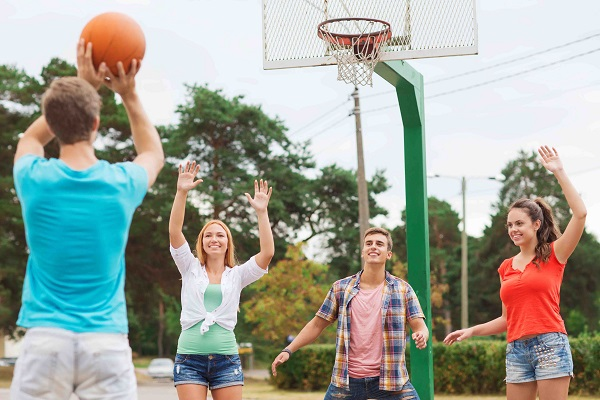 Игра в баскетбол во дворе