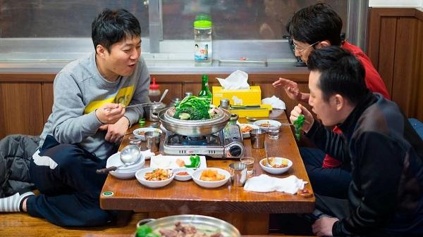 За столом в Южной Корее
